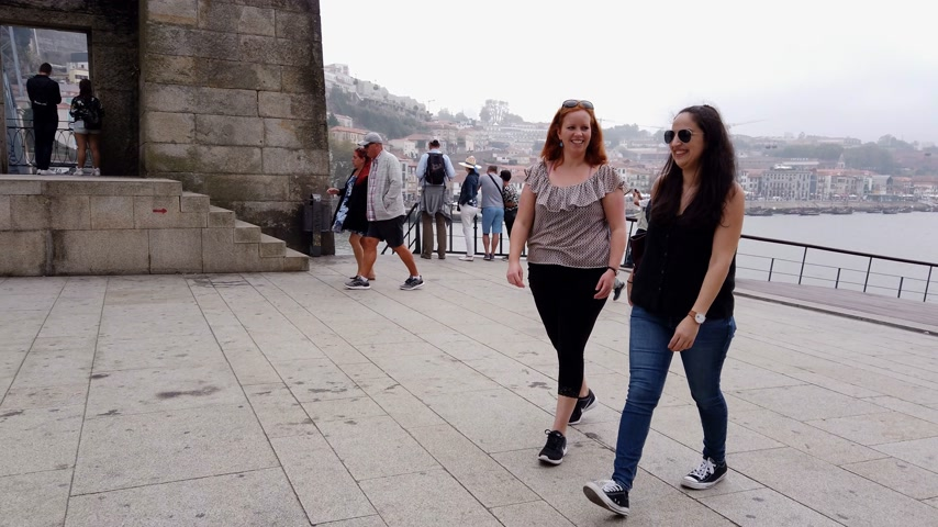 portugál : Young people on a sightseeing trip to Porto - CITY OF PORTO, PORTUGAL - SEPTEMBER 18, 2019