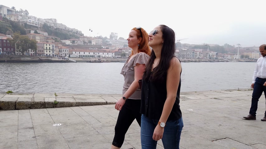 portugál : Two girls travel to Porto for sightseeing - CITY OF PORTO, PORTUGAL - SEPTEMBER 18, 2019 Stock mozgókép