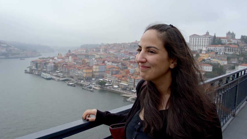 ポルトガル語 : Beautiful girl in the city of Porto