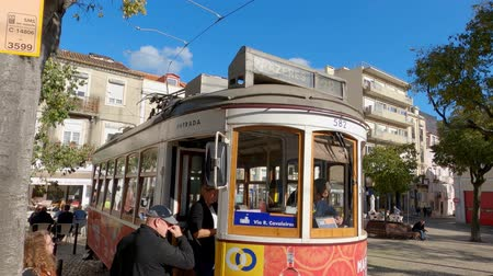 troli : The famous historic tram cars in the city of Lisbon - CITY OF LISBON, PORTUGAL - NOVEMBER 5, 2019 Stock mozgókép