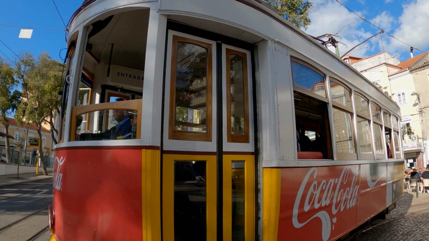 portugál : The famous historic tram cars in the city of Lisbon - CITY OF LISBON, PORTUGAL - NOVEMBER 5, 2019 Stock mozgókép