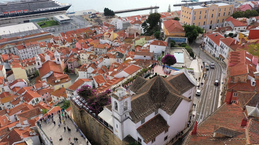 lizbona : Amazing Alfama in the historic district of Lisbon from above