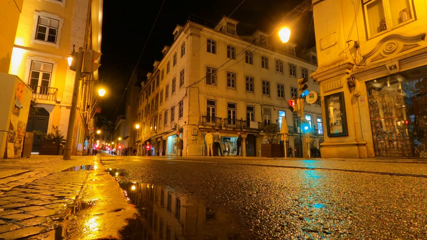 utcák : City of Lisbon by night - timelapse shot Stock mozgókép