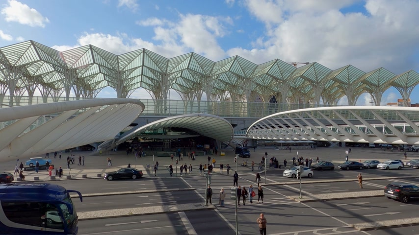 экспозиция : Famous Oriente Train Station in Lisbon - CITY OF LISBON, PORTUGAL - NOVEMBER 5, 2019 Стоковые видеозаписи