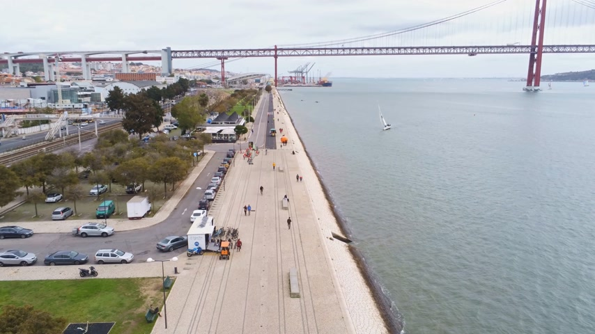 подвесной : The riverwalk promenade at Tejo River in Lisbon Стоковые видеозаписи