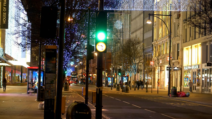 język angielski : festive Oxford Street at Christmas time - LONDON, ENGLAND - DECEMBER 10, 2019
