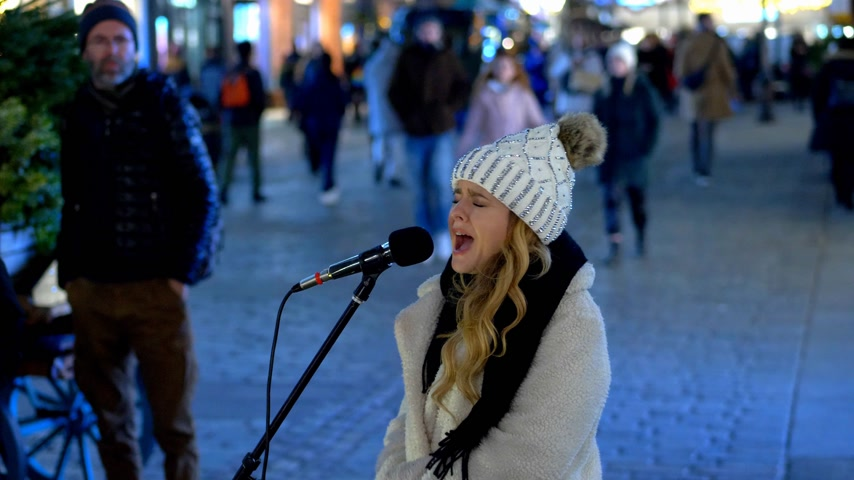turistická atrakce : young girl sings at Covent Garden on Christmas time - LONDON, ENGLAND - DECEMBER 10, 2019