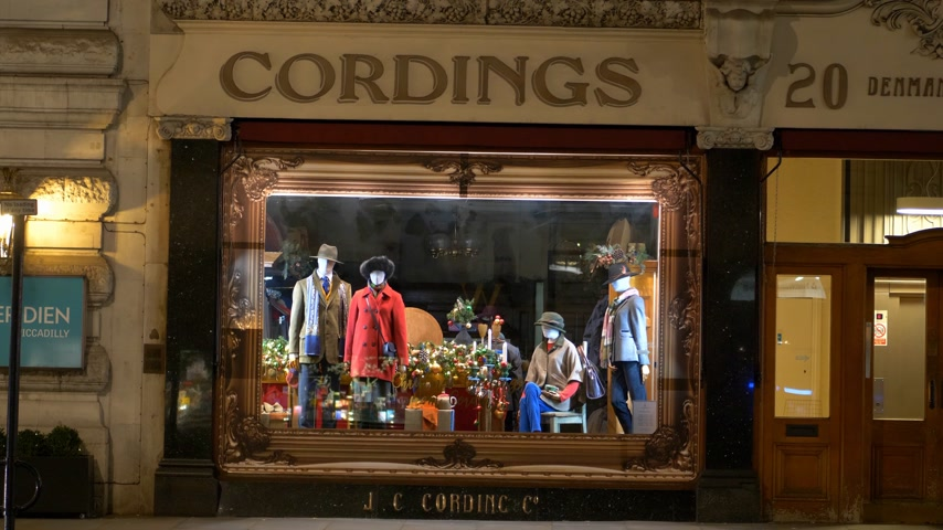 базарная площадь : famous Cordings store Piccadilly London - LONDON, ENGLAND - DECEMBER 10, 2019 Стоковые видеозаписи