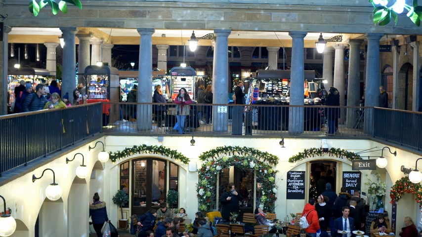 turistická atrakce : beautiful Covent Garden in London at Christmas time - LONDON, ENGLAND - DECEMBER 10, 2019