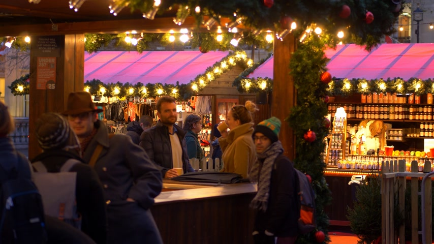 базарная площадь : romantic Christmas Market in London - LONDON, ENGLAND - DECEMBER 10, 2019