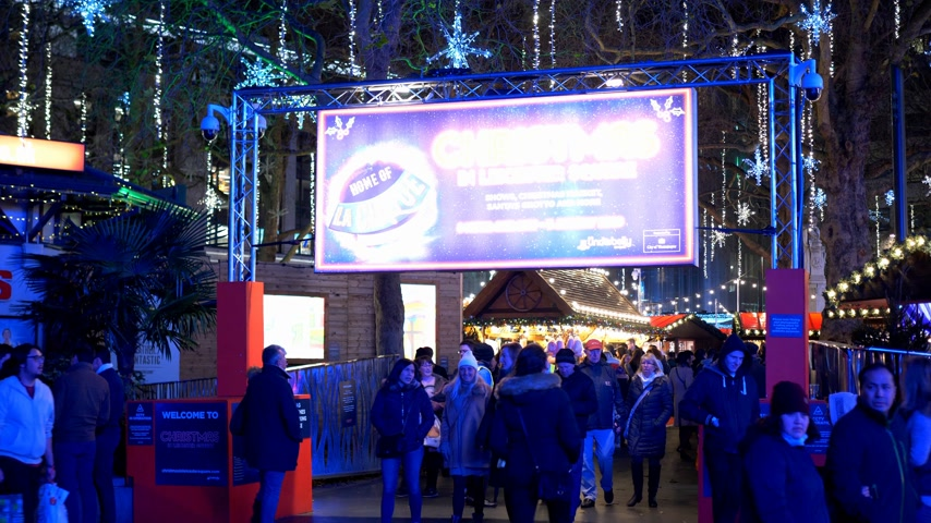 базарная площадь : Christmas Leicester Square main entrance - LONDON, ENGLAND - DECEMBER 10, 2019 Стоковые видеозаписи