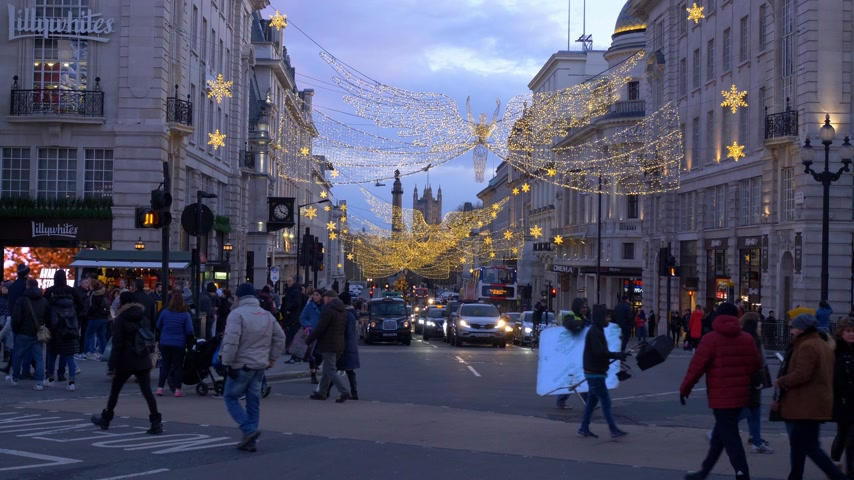 базарная площадь : London Piccadilly at Christmas time - LONDON, ENGLAND - DECEMBER 10, 2019