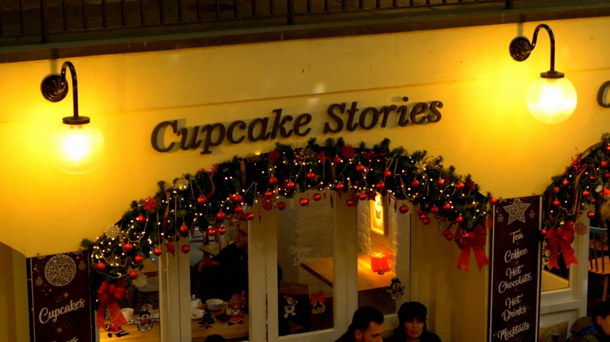 nyelv : cupcake stories at Covent Garden London - LONDON, ENGLAND - DECEMBER 10, 2019 Stock mozgókép