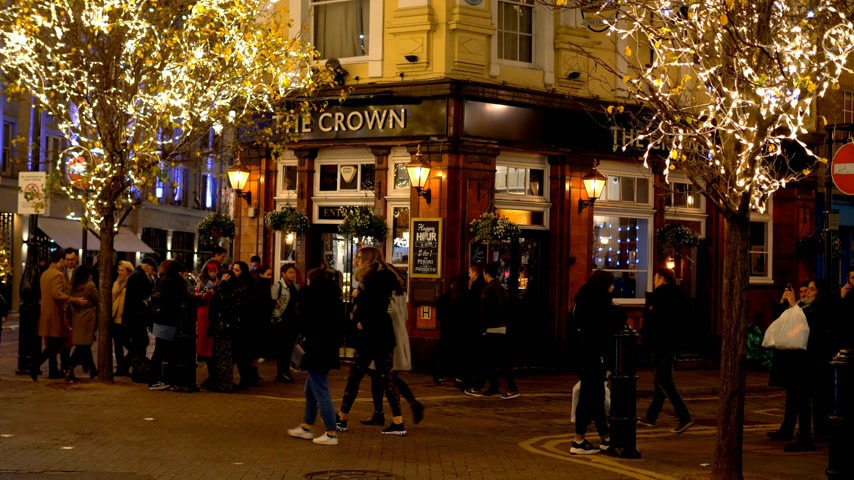sette : The Crown pub al Seven Dials London - LONDRA, INGHILTERRA - 10 DICEMBRE 2019