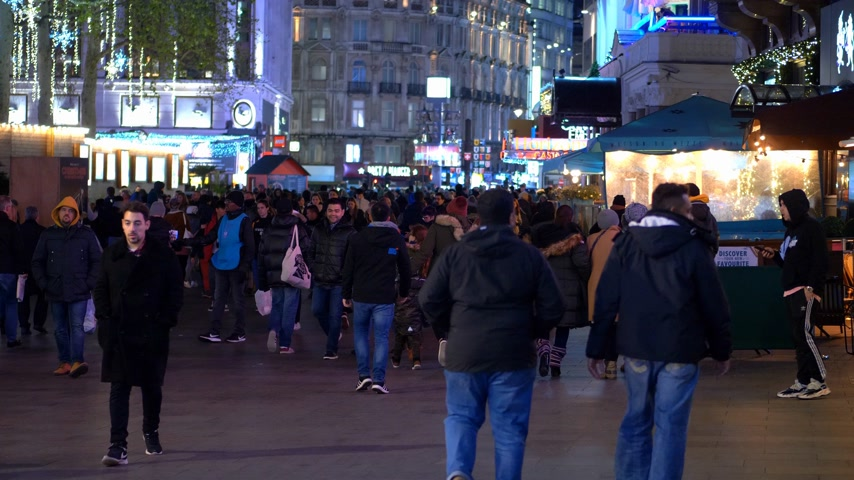 базарная площадь : people on Leicester Square London at night - LONDON, ENGLAND - DECEMBER 10, 2019 Стоковые видеозаписи