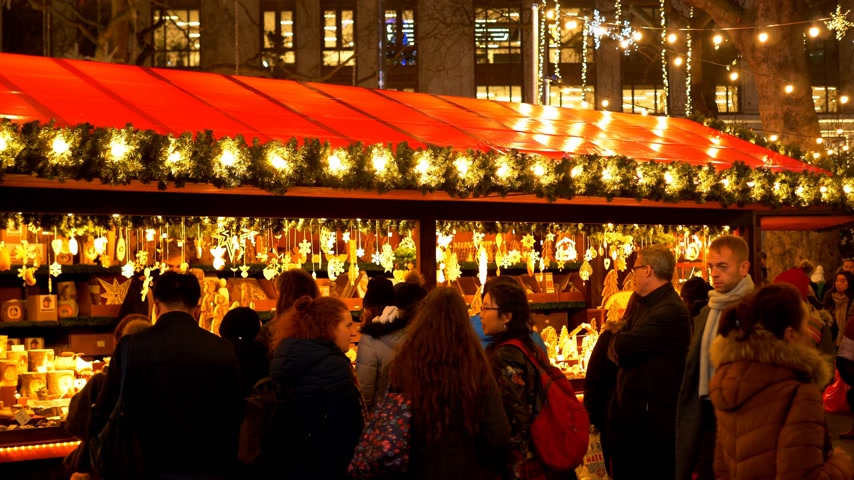 bretanha : typical view on Christmas Market - LONDON, ENGLAND - DECEMBER 10, 2019 Vídeos