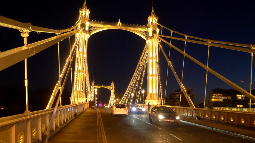 базарная площадь : Street traffic on Albert Bridge London - LONDON, ENGLAND - DECEMBER 10, 2019
