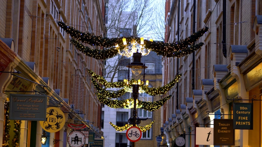 grande bretagne : Christmas decoration Cecil Court London - LONDON, ENGLAND - DECEMBER 10, 2019 Vidéos Libres De Droits
