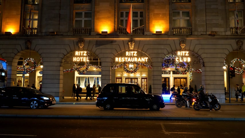 język angielski : Famous Ritz Hotel in London - LONDON, ENGLAND - DECEMBER 11, 2019