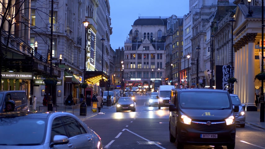 grande bretagne : Haymarket London in the evening - LONDON, ENGLAND - DECEMBER 10, 2019