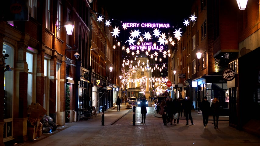 sette : wonderful Seven Dials in London at Christmas time - LONDON, ENGLAND - DECEMBER 10, 2019 Filmati Stock