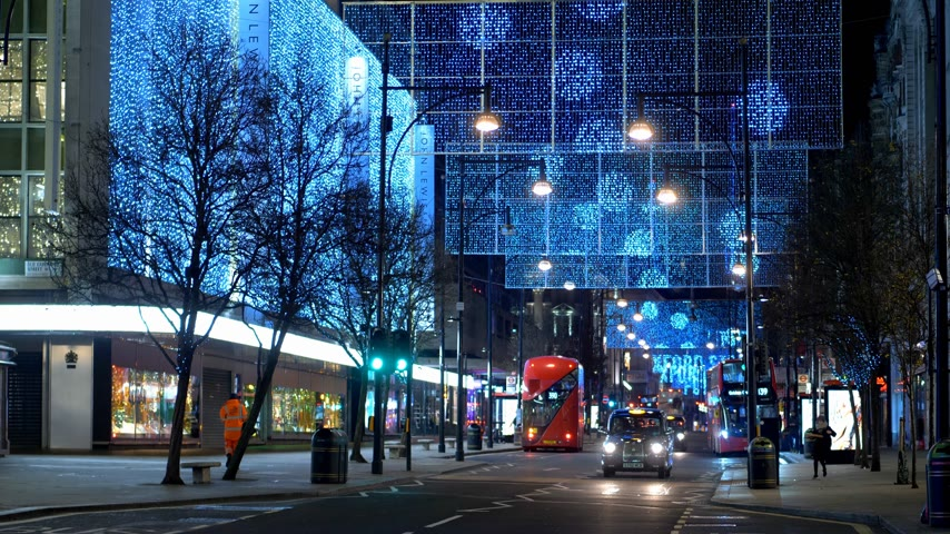 język angielski : London bus at Oxford Street at Christmas time - LONDON, ENGLAND - DECEMBER 10, 2019
