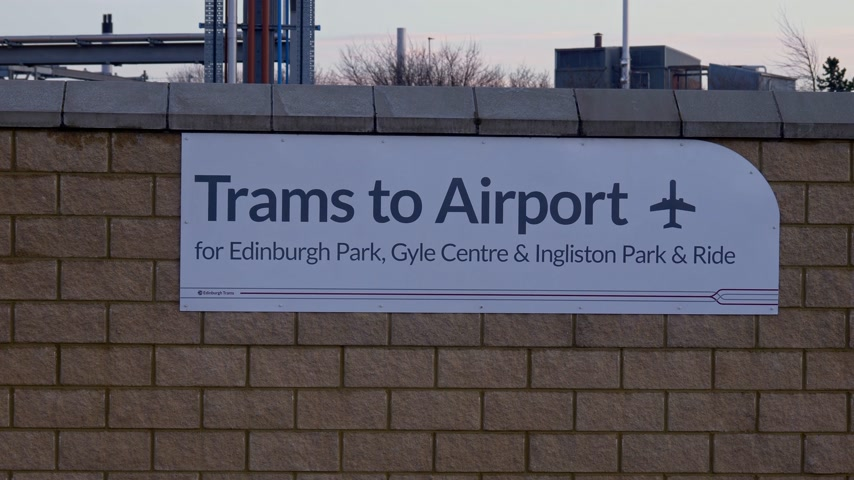 edimbourg : Trams to Airport in Edinburgh - EDINBURGH, SCOTLAND - JANUARY 10, 2020