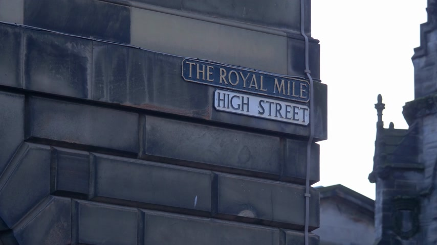памятники : Royal Mile High Street sign in Edinburgh - EDINBURGH, SCOTLAND - JANUARY 10, 2020