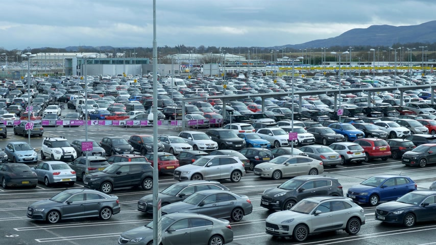 İskoçyalı : Parking lot of Edinburgh Airport - EDINBURGH, SCOTLAND - JANUARY 10, 2020 Stok Video
