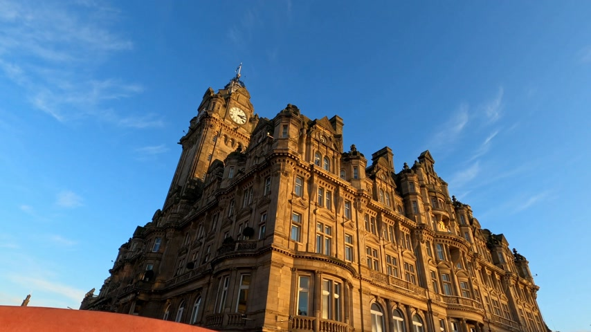 İskoçyalı : Driving by the Balmoral Hotel in Edinburgh - EDINBURGH, UNITED KINGDOM - JANUARY 11, 2020 Stok Video