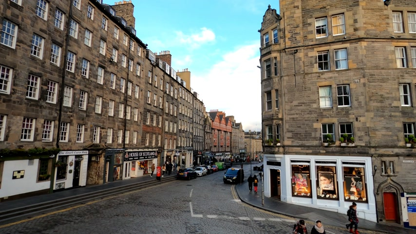 local de interesse : Driving through the Royal Mile in Edinburgh - EDINBURGH, UNITED KINGDOM - JANUARY 11, 2020