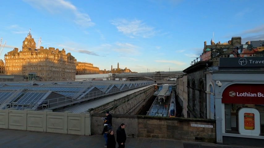 ilgi yeri : Waverly station in Edinburgh - EDINBURGH, UNITED KINGDOM - JANUARY 11, 2020