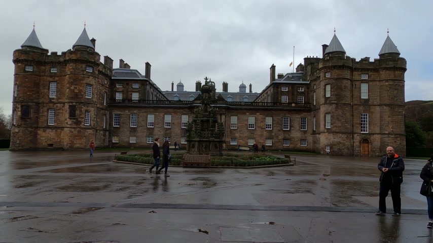 ilgi yeri : Famous Holyrood Palace in Edinburgh - EDINBURGH, UNITED KINGDOM - JANUARY 11, 2020 Stok Video