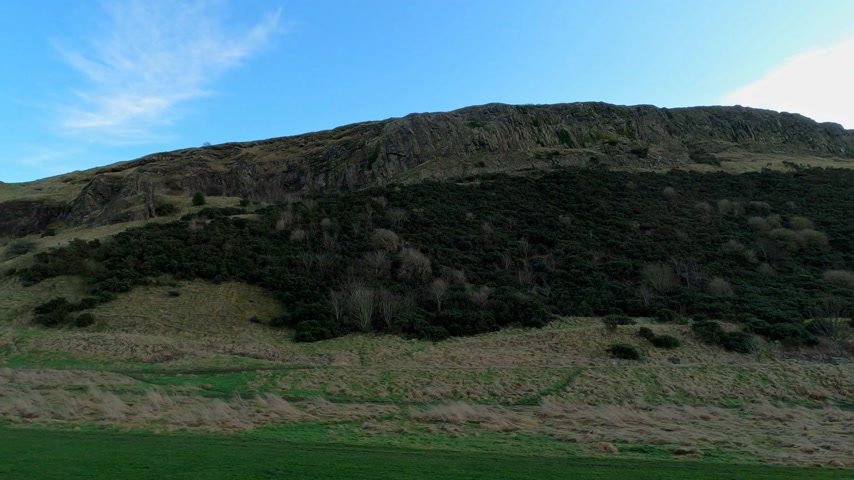 памятники : Holyrood Park and Arthur`s seat in Edinburgh - EDINBURGH, UNITED KINGDOM - JANUARY 11, 2020
