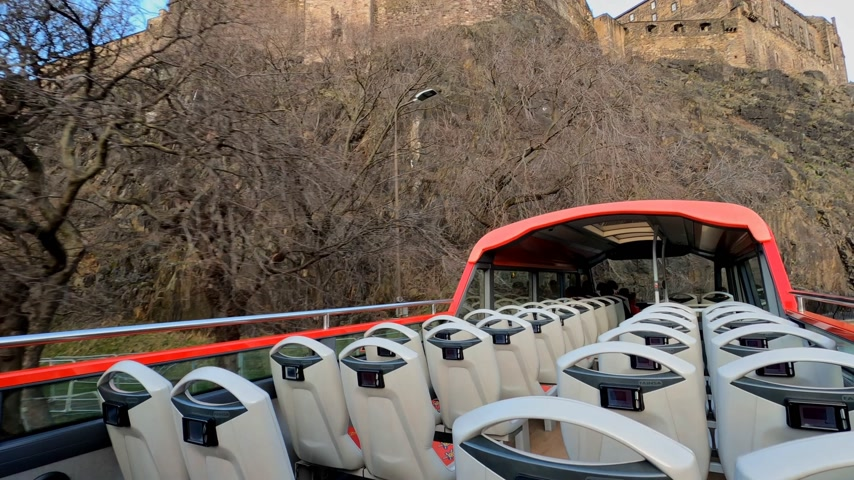 local de interesse : Sightseeing Bus on the way to Edinburgh Castle - EDINBURGH, UNITED KINGDOM - JANUARY 11, 2020