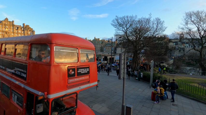 local de interesse : English Tea time bus in the streets of Edinburgh - EDINBURGH, UNITED KINGDOM - JANUARY 11, 2020