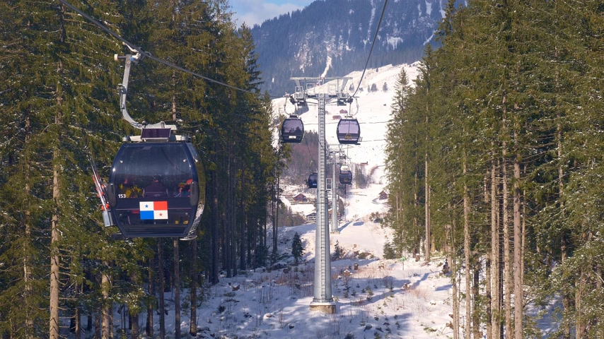 conto de fadas : Ride in a cable car in the Alps on a winters day - ENGELBERG, SWISS ALPS - FEBRUARY 5. 2020