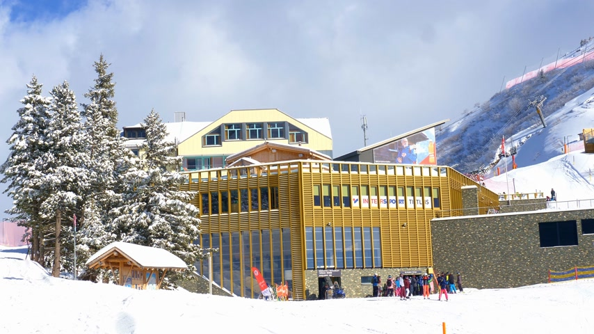 лед : Engelberg-Titlis mountain station of the cable car - ENGELBERG, SWISS ALPS - FEBRUARY 5. 2020