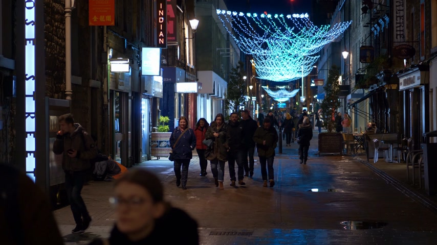 İskoçyalı : Rose street in Edinburgh at night - EDINBURGH, SCOTLAND - JANUARY 10, 2020 Stok Video