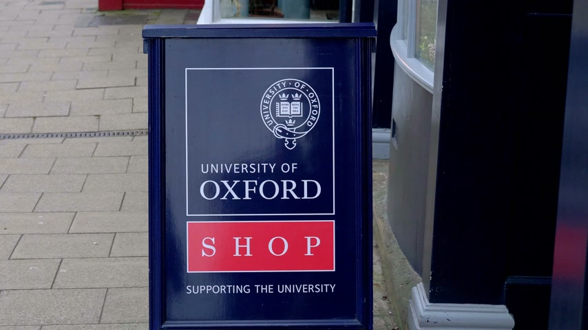 oxfordshire : University Of Oxford Shop at High Street in Oxford - OXFORD, ENGLAND - JANUARY 3, 2020 Stock Footage