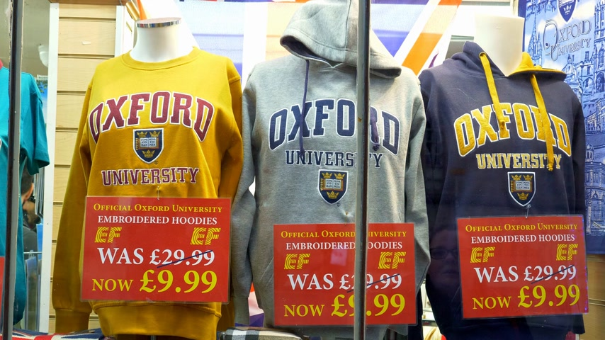 ilerici : Oxford University Hoodies in a souvenir shop in Oxford England - OXFORD, ENGLAND - JANUARY 3, 2020 Stok Video