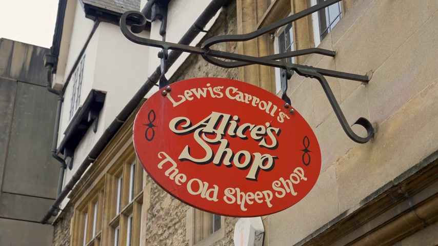 oszlopok : Lewis Carroll┬┤s Alice┬┤s Shop in Oxford - OXFORD, ENGLAND - JANUARY 3, 2020