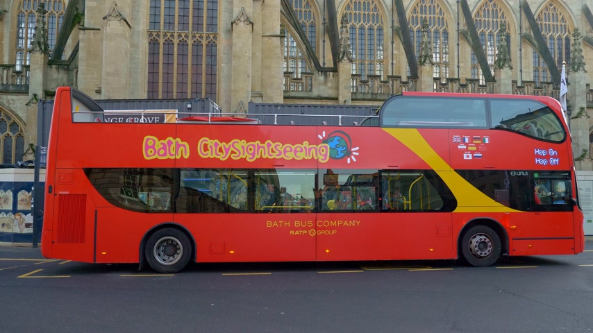 dvojitý : Sightseeing bus in the historic city of Bath - BATH, ENGLAND - DECEMBER 30, 2019 Dostupné videozáznamy