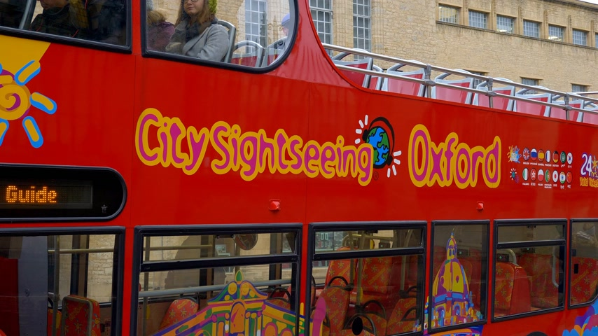 oxfordshire : City Sightseeing bus in Oxford England - OXFORD, ENGLAND - JANUARY 3, 2020