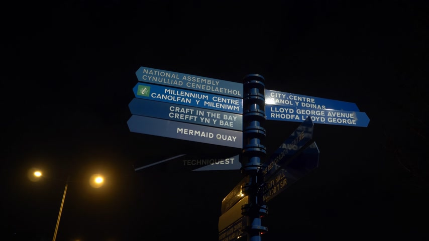 klasa : Direction signs at Mermaid Quay in Cardiff Wales at night - CARDIFF, WALES - DECEMBER 31, 2019 Wideo