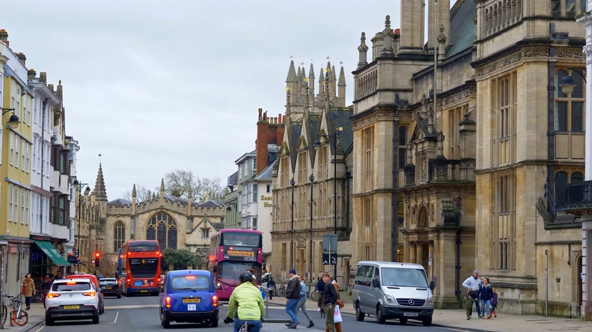 oszlopok : Cityscapes of Oxford in England - OXFORD, ENGLAND - JANUARY 3, 2020