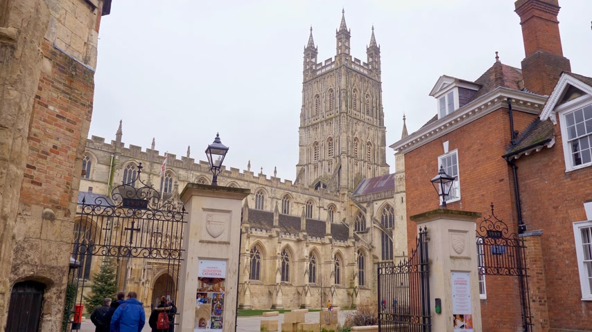 romanico : Famous Gloucester Cathedral in England - GLOUCESTER, ENGLAND - JANUARY 1, 2019 Filmati Stock