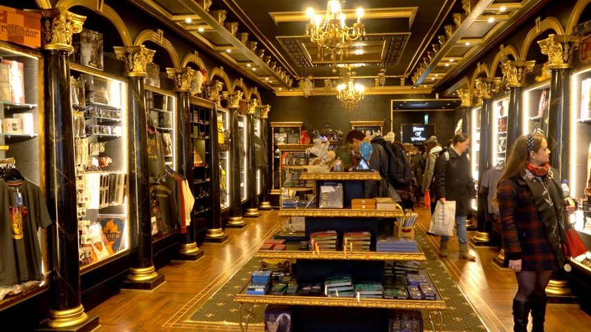 oxfordshire : Harry Potter souvenirs at House of Wonders store - OXFORD, ENGLAND - JANUARY 3, 2020