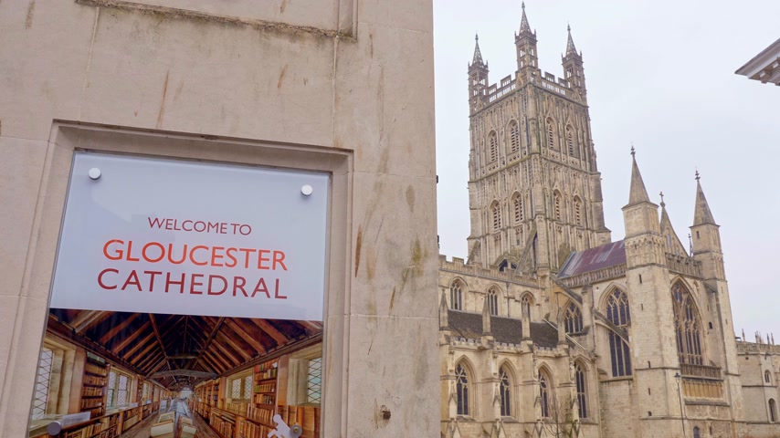 dik : Famous Gloucester Cathedral in England - GLOUCESTER, ENGLAND - JANUARY 1, 2019 Stok Video