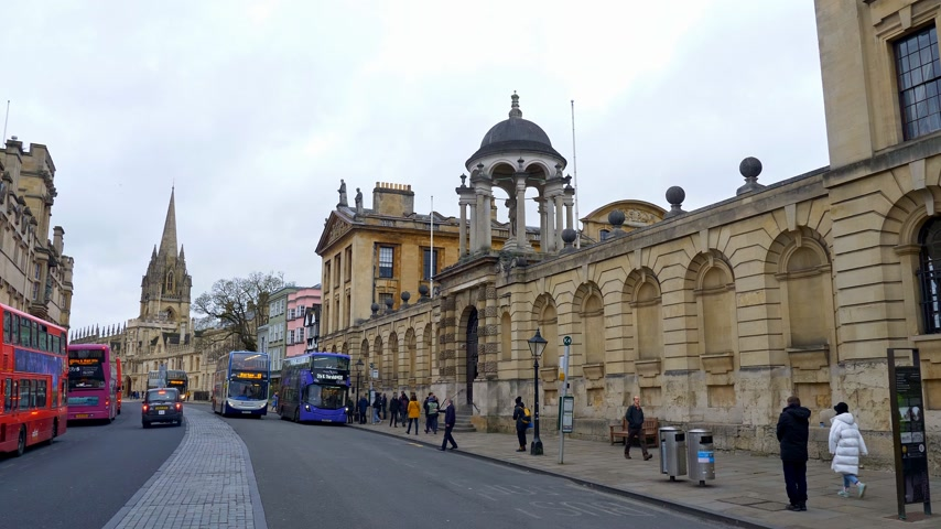 oxfordshire : High Street view in Oxford in England - OXFORD, ENGLAND - JANUARY 3, 2020 Stock Footage